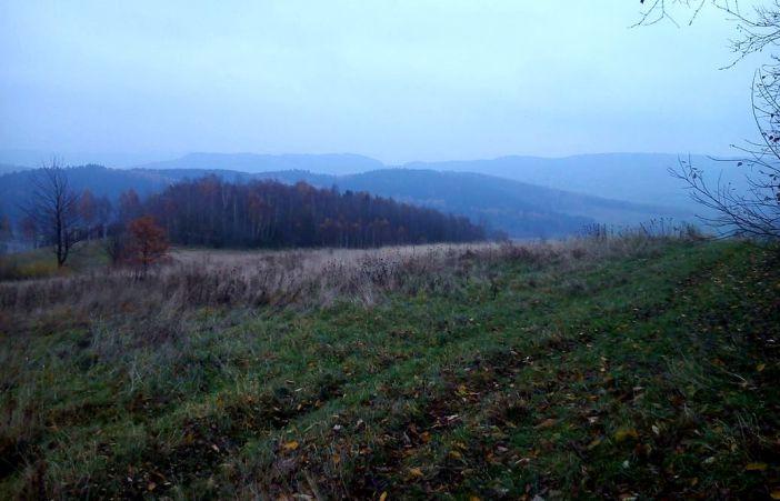 DSC_0016     Widok z łąki pod fortem w kierunku wschodnim, czyli Młynarza i Przedwojowa.