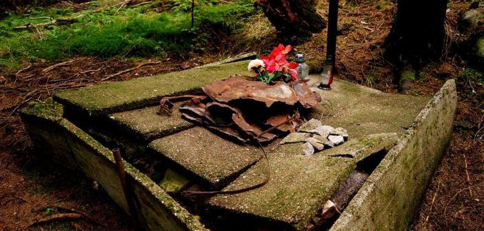 Tragiczny lot u podnóża Karkonoszy z 1946r. Pozostał grób w lesie.