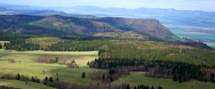 Widok na Bożanwski Szpiczak i Korunę ze Szczelińca Wielkiego. Na drugim planie góry Kamienne
