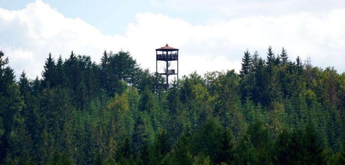 Markoušovická rozhledna – wieża w Górach Jastrzębich. Można tu dotrzeć pieszo z Okrzeszyna …