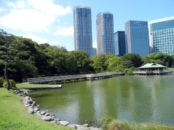 Beautiful view of Shiori Pond and the teahouse.