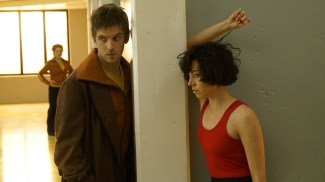 "LEGION -- ""Chapter 1"" (Airs Wednesday, February 8, 10:00 pm/ep) -- Pictured: (l-r) Dan Stevens as David Haller, Aubrey Plaza as Lenny ""Cornflakes"" Busker. CR: Chris Large/FX"