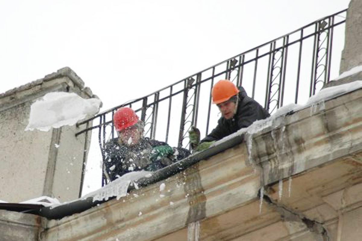 Комунальники продовжують боротьбу з бурульками і вивозять сніг