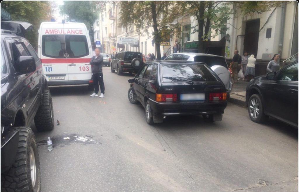 У центрі Харкова машина збила неповнолітню дівчину