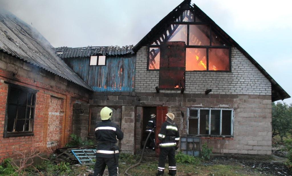 Наслідки стихії: знищений будинок та розбитий автомобіль