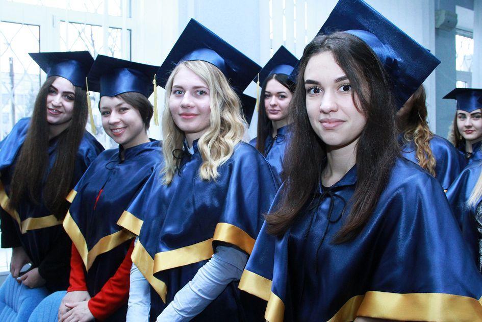Випускники гуманітарно-педагогічної академії отримали дипломи