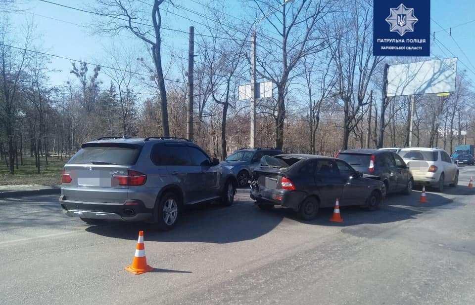 У Харкові вранці сталося масове зіткнення автівок