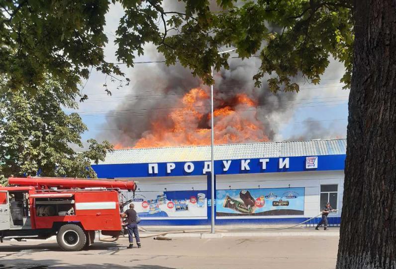 У Сахновщинському районі загасили велику пожежу в будівлі магазинів