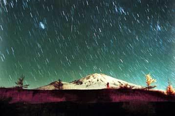 Η βροχή των Λεοντιδών στο όρος Φούτζι της Ιαπωνίας το Νοέμβριο του 2001. Η έκθεση του φιλμ διήρκεσε 7 λεπτά.