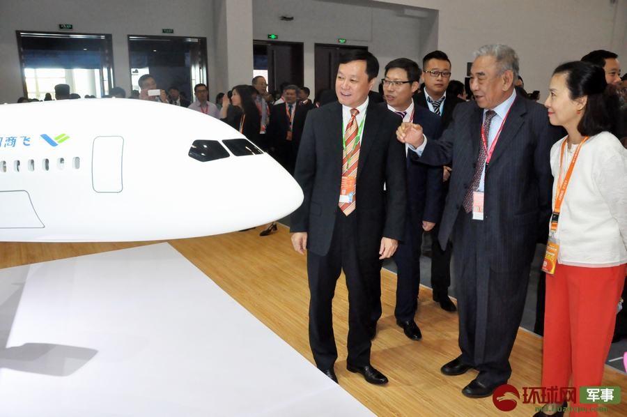 2017年9月19日,第十七屆北京國際航空展在北京開幕。中國商飛公司第五次以主辦單位身份參展,首次在國內展出CR929遠程寬體客機剖開式三艙布局模型。 楊鐵虎 攝