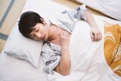 浴衣で寝る男性