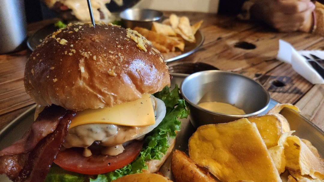台中北區美食 先吃肉Meat First漢堡 隱身於二樓的濃郁起司醬美式漢堡
