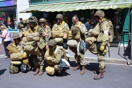 Reencenadores vestidos como paraquedistas da 101 Divisão Aerotransportada dos EUA