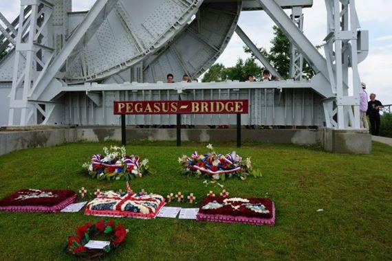Homenagens prestadas na Ponte Pégaso, local estratégico e cenário de um assalto, via planadores, por paraquedistas britânicos