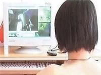 Sự thiếu xúc cảm khiến các cô gái tìm đến những cảnh nóng trong truyện và phim. (Ảnh minh họa)