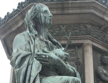 Mưa axit tác động lên bức tượng tại thủ đô Viên , Áo. Ảnh D.H.S