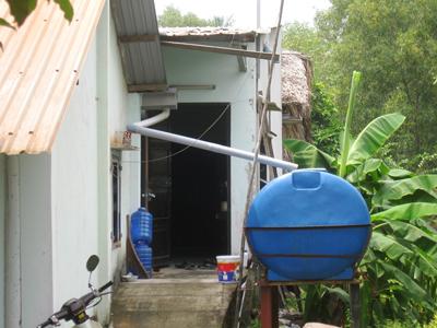 Thùng hứng nước mưa từ mái tôn chảy xuống
