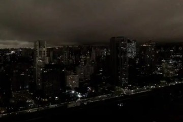 Forest fires cause São Paulo city to turn dark