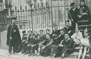 Fotografia del Ball de Diables del VAC (Vida Alegre i Campesina) l'any 1945