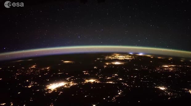 Astronautas captan luces y misteriosos objetos en el espacio