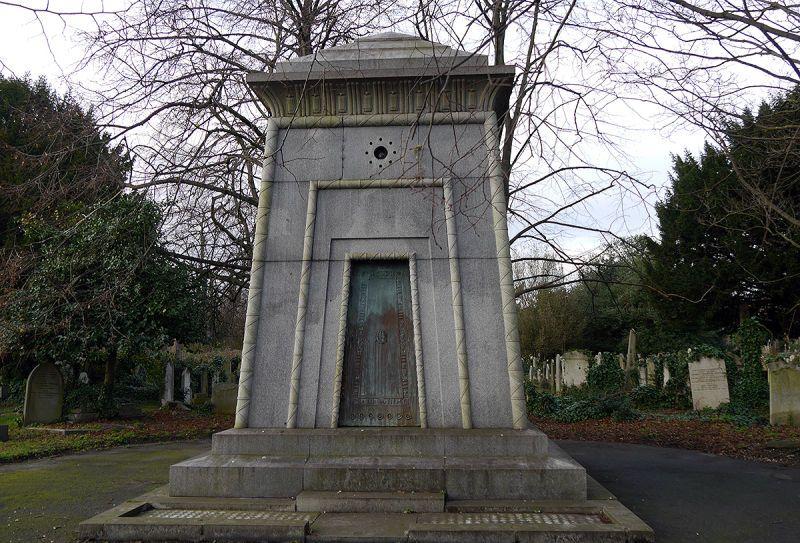 La leyenda del mausoleo Courtoy, la tumba victoriana sin llave que oculta una supuesta máquina del tiempo
