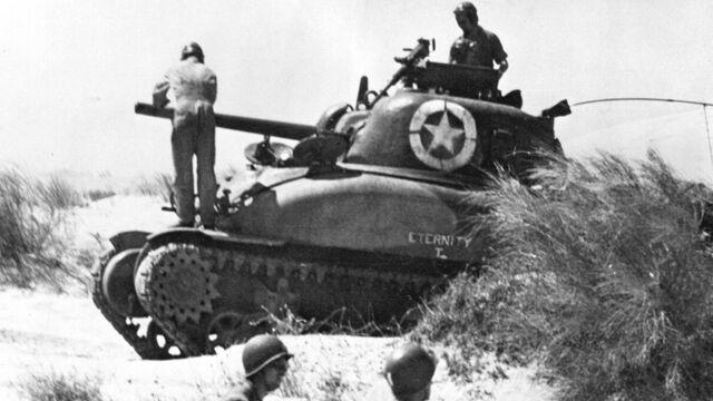 Un tanque M4 Sherman en Sicilia durante los desembarcos.  USGov-Military. Sicilia