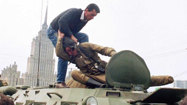 Un ciudadano de Muscú se enfrenta a los golpistas en agosto de 1991 - AFP