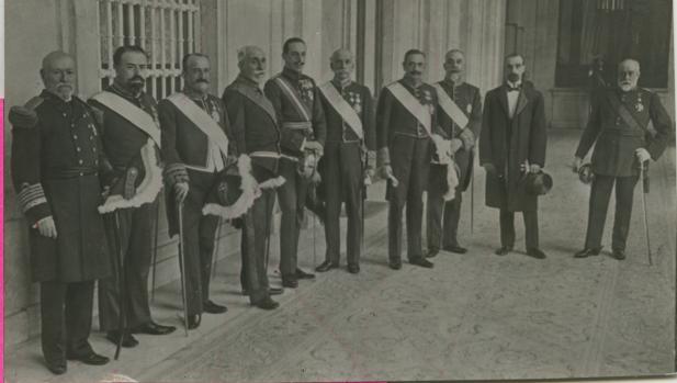 La jura de los ministros, tras formar el Gobierno el 21 de marzo de 1918, junto al Rey Alfonso XIII (quinto por la izquierda) - Ramón Alba