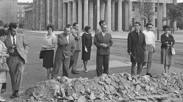 Los berlineses observan el pavimento levantado por los soldados de la RDA en agosto de 1961 - ABC