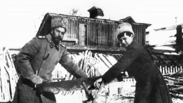 Nicolás II y su heredero cortan leña - ASOCIATED PRESS