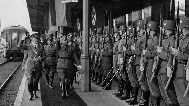 Franco y Hitler hacen el saludo fascista durante su reunión en Hendaya en 1940 HEINRICH HOFFMANN / NARODOWE ARCHIWUM CYFROWE