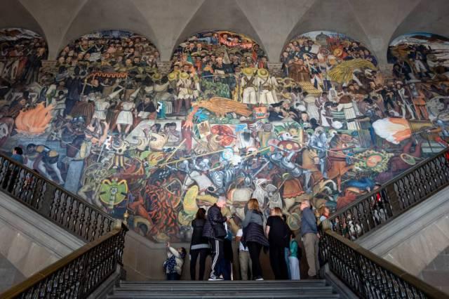 Mural de Diego Rivera sobre la llegada de los españoles a México, en el Palacio Nacional de Ciudad de México. GETTY