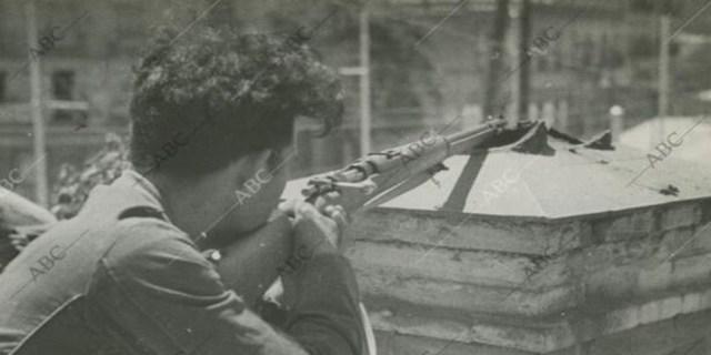 Madrid. 19/07/1936. Guerra Civil Española. Un milliciano republicano durante el combate con las tropas nacionales del Cuartel de la Montaña. - José Fiaz Casariego