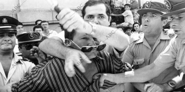 Antonio Cabanillas es reducido por la Guardia Civil tras intentar entrar al Juzgado con un cuchillo - Juan José Fernández