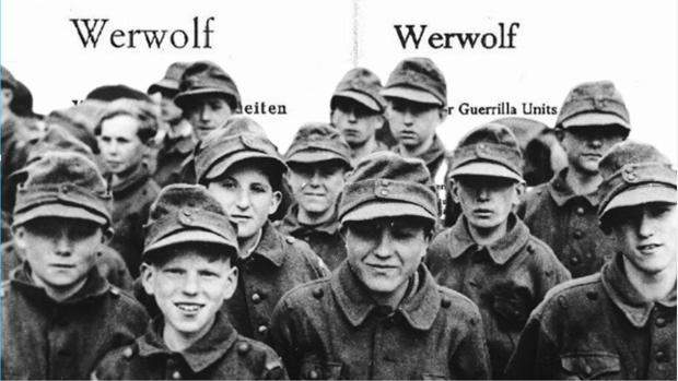 Niños de la Werwolf, sobre las páginas de uno de sus manuales de combate - AP / ABC