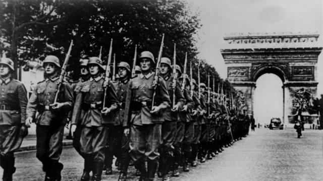 Soldados alemanes desfilan en los Campos Elíseos durante la ocupación alemana de París en 1940.