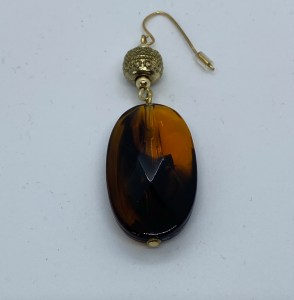 gouden oorbel met bruine steen