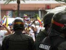 GNB impide paso de protestantes a la plaza CVG, Puerto Ordaz. 24M 2014.