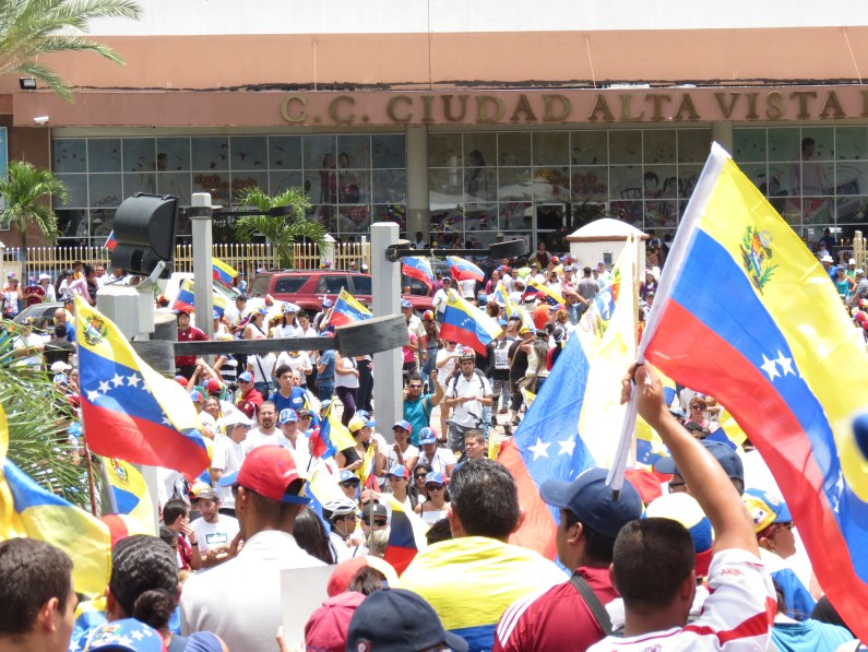 Manifestantes en Plaza Monumental CVG, Puerto Ordaz, 22-03-2014.