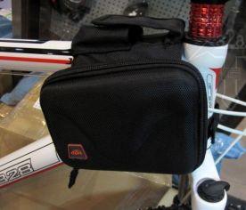 150.000Đ: Túi cứng gióng ngang CBR cao cấp. Túi cứng hiệu CBR (Túi hộp) sử dụng treo gióng ngang phía trước, 2 ngăn 2 bên, phía trên ngăn đựng điện thoại thông thường. Kích thước 80*30*130mm 2 ngăn 2 bên, có dây đai dính giữ vào đầu khung và dây đai dính giữ vòng khung dưới. Khả năng chịu được mưa nhỏ.