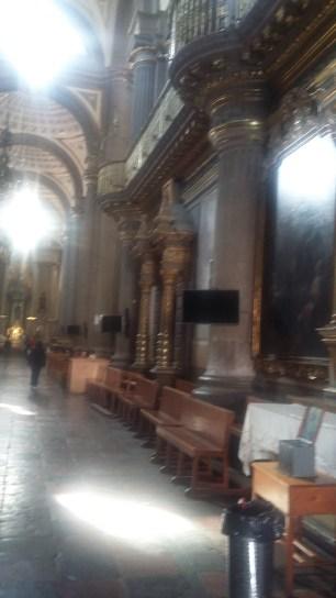 El interior está ornamentado con oro