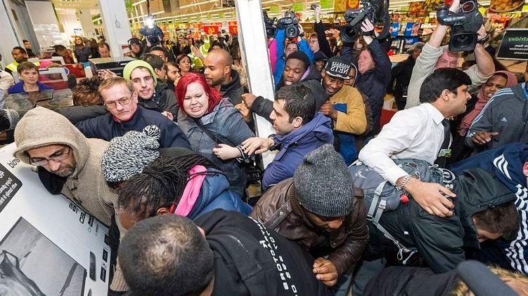 Толкучка в магазинах на черную пятницу