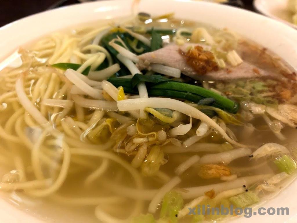 お店の名物である古早麺。あっさりスープで美味しい