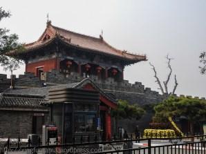 Dai Miao north gate in daylight.