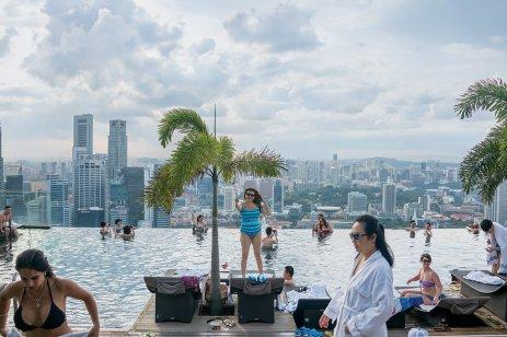 位于滨海湾金沙酒店57层的无边际游泳池,这座酒店就是建在填海得来的土地上。(Sim Chi Yin/VII, for The New York Times)