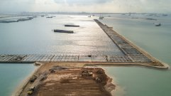 从另一个角度看到的集装箱码头。 (Sim Chi Yin/VII, for The New York Times)