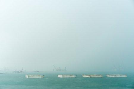 这些沉箱将被连载一起形成一座防护墙,保护船舶停靠的一个码头。 (Sim Chi Yin/VII, for The New York Times)