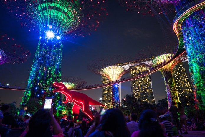 位于滨海湾附近的新加坡植物园内的天空树,它坐落于250英亩填海造地上。天空树是垂直的花园,里面有16万多种植物。 (Sim Chi Yin/VII, for The New York Times)