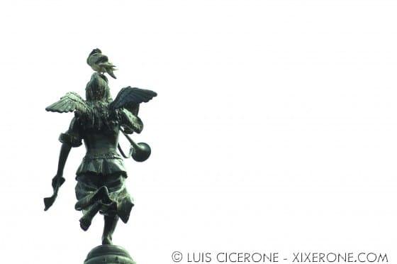 Ángel contra el cielo blanco