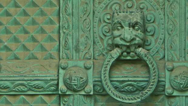 Detalle puerta de mausoleo